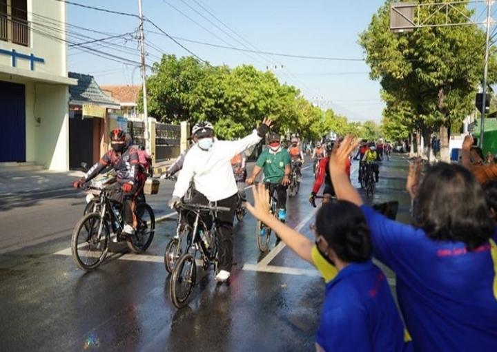 Jajal Rute Sepeda Wisata, Walikota Madiun Bagi Sembako dalam rangka Kunjungan Kerja